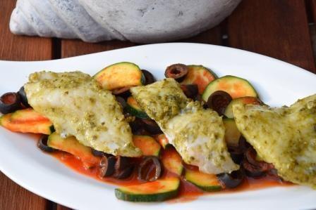 Rotbarschfilet-auf-Zucchini-Olivenragout-reduziert