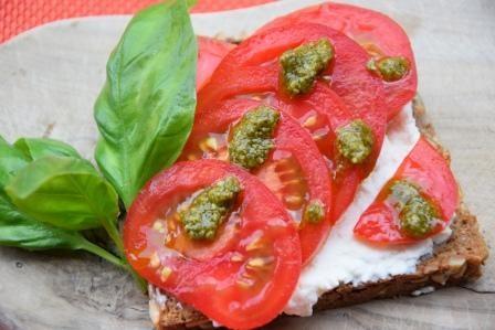 Brotscheibe-mit-Tomate-reduziert